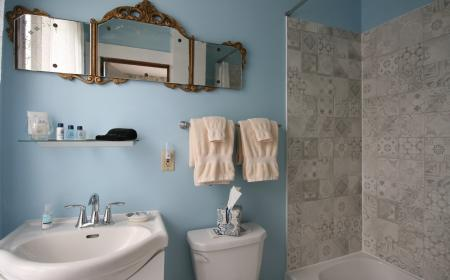 En-suite bathroom in Lizzie's room
