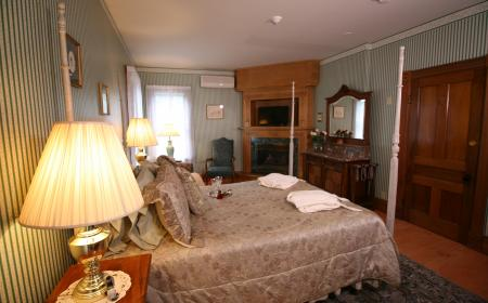 Four-poster queen sized bed, seating area, fire place